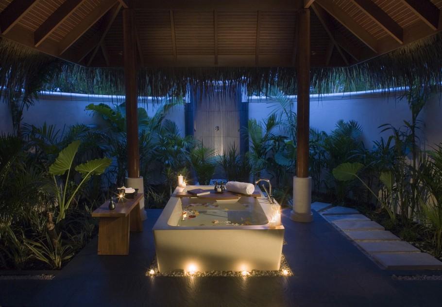 relaxing-atmosphere-in-a-romantic-bathtub