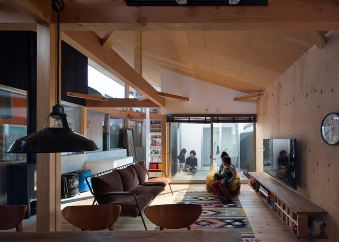 Incredible Home Built Around a Train Carriage 9